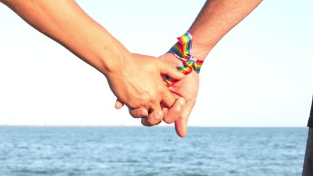 vídeos de stock e filmes b-roll de gay couple with hands clasped - dedo humano