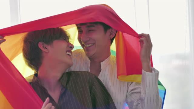 gay par med regnbågens flagga - spektrum bildbanksvideor och videomaterial från bakom kulisserna