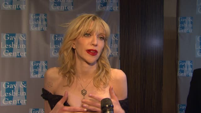 stockvideo's en b-roll-footage met a gay lesbian center's an evening with women los angeles ca united states 5/19/12 - courtney love
