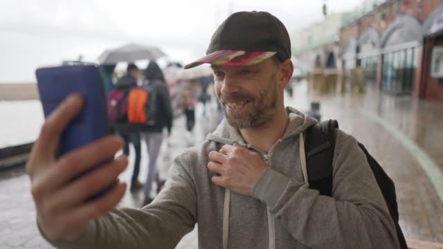 vídeos y material grabado en eventos de stock de a gay man having a face time call - un solo hombre de mediana edad