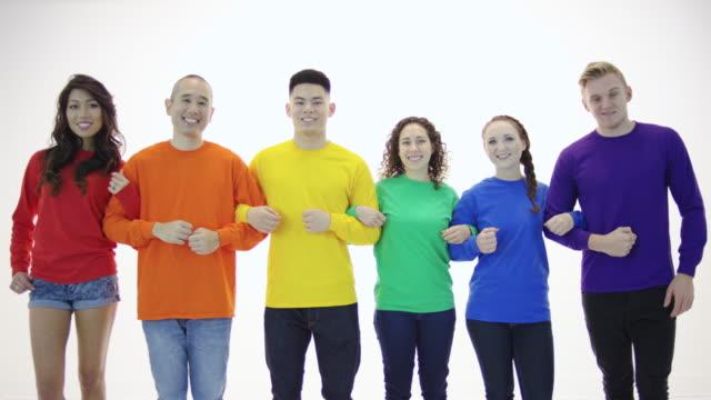 Gay pride Gruppe mit Armen stehen in Einheit verbunden