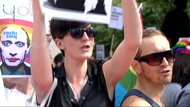 vidéos et rushes de gay rights demonstration in london vox pop campaigners chanting 'gay rights for russia' sot / various protesters in crowd with antiputin posters... - vox populi