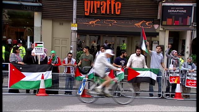 stockvideo's en b-roll-footage met pro-israeli and pro-palestinains demonstrations at israeli embassy; england: london: kensington high street: ext man on motorbike with israeli flag... - aan elkaar bevestigd
