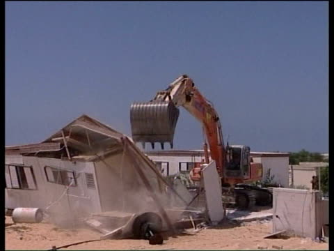 vidéos et rushes de gaza pull out continues israel gaza abandoned homes of israeli settlers being demolished clean feed tape = d0601341 or programme as broadcast tape =... - israël