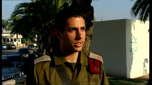 heavy fighting between israelis and hamas around gaza city sderot day reporter speaking with elie isaacson israeli defence force spokesman elie... - munition stock-videos und b-roll-filmmaterial