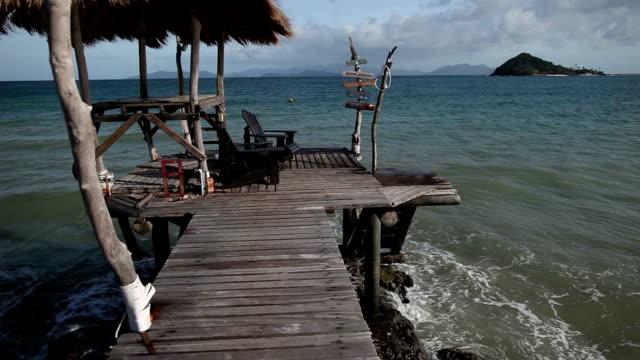 gazebo on the pier on a tropical island in thailand. - tetto di paglia video stock e b–roll