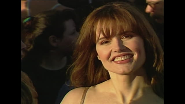 geena davis arrival at academy awards 1994 - レニー ハーリン点の映像素材/bロール