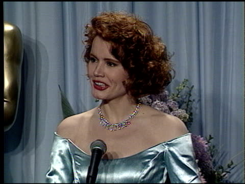 geena davis at the 1989 academy awards at the shrine auditorium in los angeles, california on march 29, 1989. - ジーナ デイヴィス点の映像素材/bロール