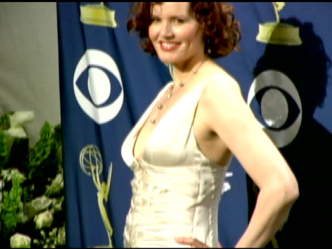 geena davis at the 2005 emmy awards press room at the shrine auditorium in los angeles, california on september 19, 2005. - ジーナ デイヴィス点の映像素材/bロール