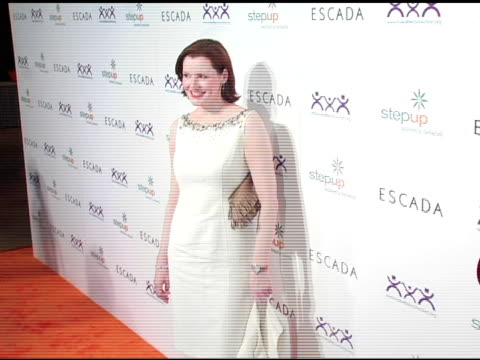 vídeos y material grabado en eventos de stock de geena davis at the step up women's network inspiration awards sponsored by escada at the beverly hilton in beverly hills california on april 27 2006 - escada
