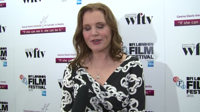 geena davis on red carpets at bfi southbank on october 08, 2015 in london, england. - ジーナ デイヴィス点の映像素材/bロール