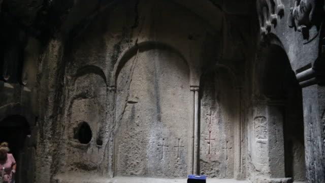 vídeos de stock e filmes b-roll de geghard monastery, interior view of the monastery - claraboia