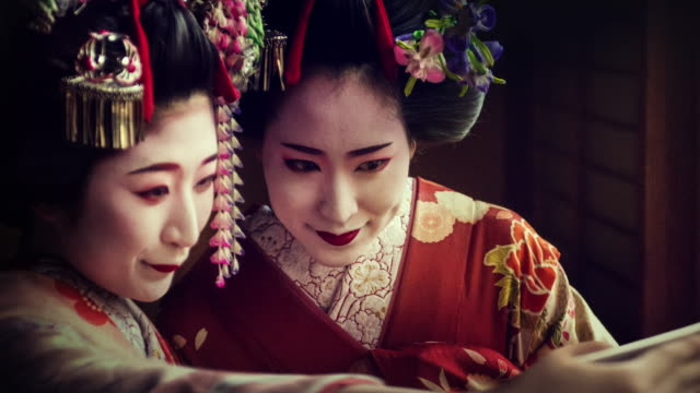 geisha maiko using mobile parallax animated photo slow motion 4k - kimono stock videos & royalty-free footage