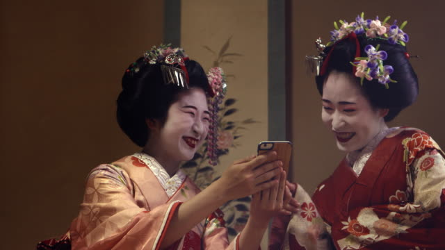 Geisha Maiko Using Mobile  UHD 4K