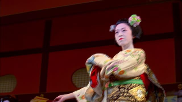 ms la geishas performing traditional four seasons dance in theater, kyoto, japan - 女性ダンサー点の映像素材/bロール