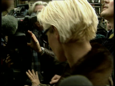 geldof/yates custody battle england london high court paula yates towards out of court pull out cms side yates rl thru paparazzi crowd - itv news at ten bildbanksvideor och videomaterial från bakom kulisserna