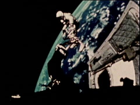 gemini iv astronaut edward white makes the first spacewalk in 1965 - ed white astronaut bildbanksvideor och videomaterial från bakom kulisserna