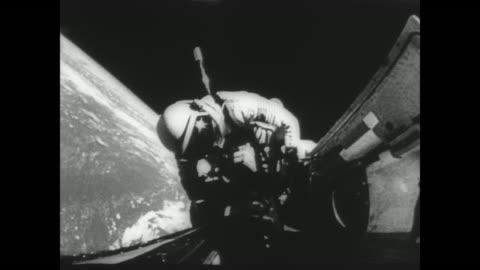 vídeos y material grabado en eventos de stock de gemini pilot richard gordon's space walk / gordon attaches tether to gemini xi to attach to agena target vehicle / view 400 miles above the earth... - misión espacial