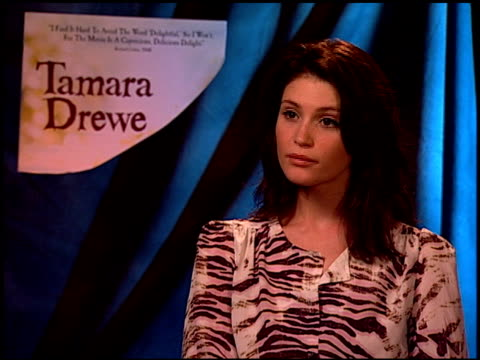 vidéos et rushes de gemma arterton on working with dominic cooper and luke evans, and on working on a film adaptation at the 'tamara drewe' junket at los angeles ca. - s'adapter