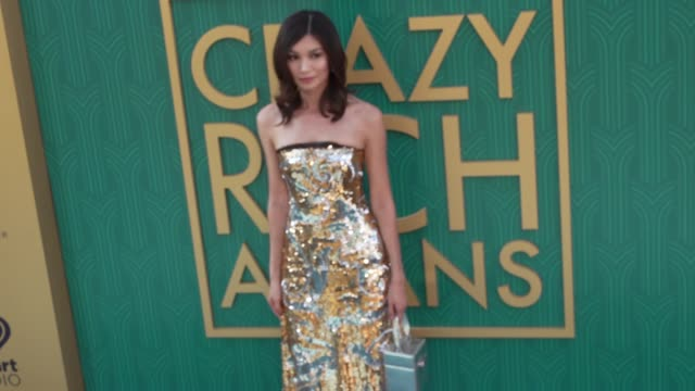 """vídeos y material grabado en eventos de stock de gemma chan at the """"crazy rich asians"""" premiere at tcl chinese theatre on august 07, 2018 in hollywood, california. - tcl chinese theatre"""