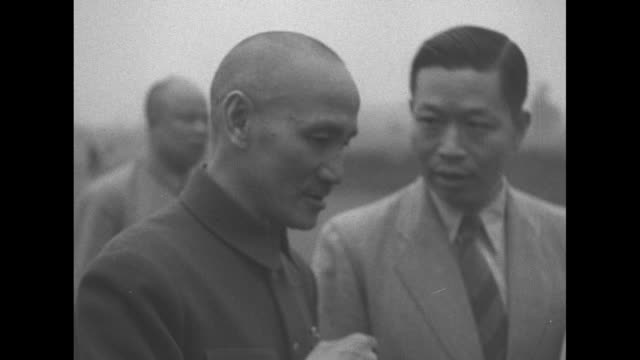 gen chiang kaishek speaks to military officer and aide as he stands outdoors during a visit to a burmese battlefield / note exact day not known - chiang kai shek stock-videos und b-roll-filmmaterial