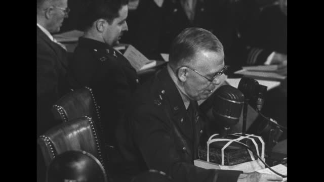 vidéos et rushes de gen. george marshall, army chief of staff, sitting at table in front of microphone, speaking to committee about his having sent letter to governor... - casser les codes
