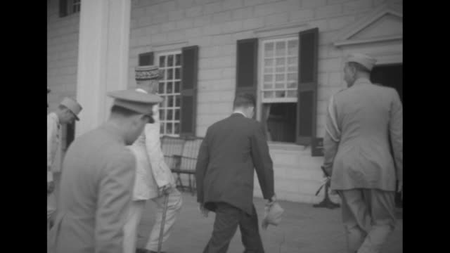 gen henri giraud emerging from george washington's tomb / giraud accompanied by officials and officers walking across front lawn of mt vernon /... - ジョージ・ワシントン点の映像素材/bロール