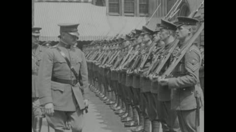 vidéos et rushes de gen. john j. pershing and others arrive at london's guildhall and step from horse-drawn carriages where men in elaborate costumes await; pershing... - 1910 1919
