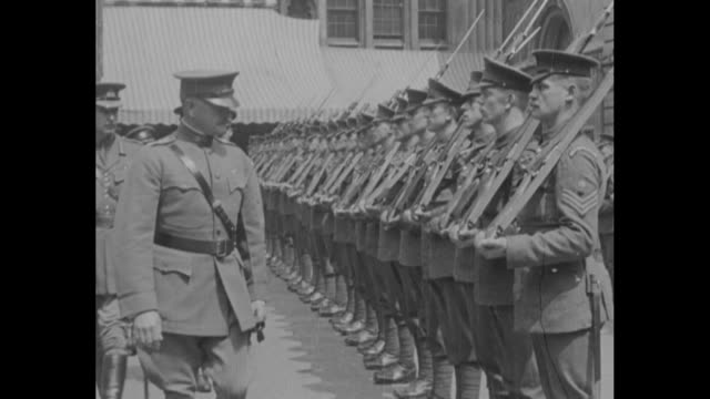 gen john j pershing and others arrive at london's guildhall and step from horsedrawn carriages where men in elaborate costumes await pershing arrives... - 1910 1919 stock videos and b-roll footage
