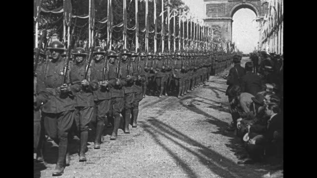 vs gen john j pershing on horseback followed by marching band and hundreds of american soldiers with arc de triomphe in the distance - 凱旋門点の映像素材/bロール