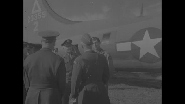 stockvideo's en b-roll-footage met gen mark clark stands with george s patton and others at side of douglas c54 airplane / fdr talks with general henry h arnold patton stands at rear /... - generaal militaire rang