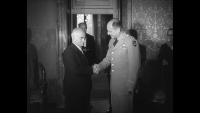 vidéos et rushes de gen matthew ridgway supreme allied commander europe shakes hands with a civilian official at photo opportunity / ridgway stands outdoors with a... - actualités cinématographiques