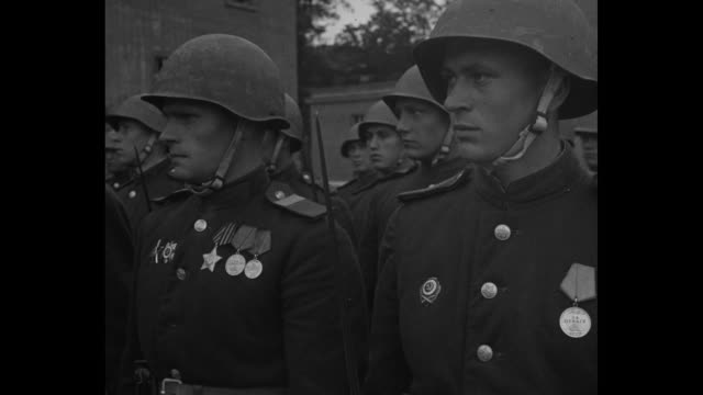 us gen omar bradley stands with unidentified russian red army officer / russian soldiers stand at attention and closer view of the men with several... - zweiter weltkrieg stock-videos und b-roll-filmmaterial