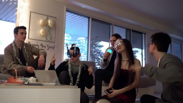 stockvideo's en b-roll-footage met gen z generatie vrienden nieuwjaar feest karaoke - generation z