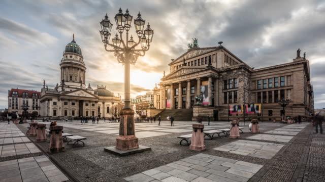 gendarmenmarkt in berlin - zeitraffer - städtischer platz stock-videos und b-roll-filmmaterial