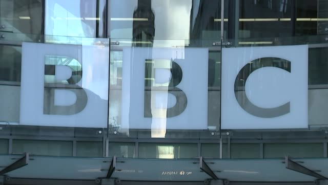 vidéos et rushes de presenter samira ahmed wins equal pay tribunal; england: london: bbc broadcasting house: ext gv new broadcasting house entrance 'bbc' sign zoom in... - bbc