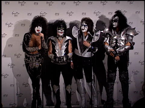 stockvideo's en b-roll-footage met gene simmons at the 1999 american music awards press room at the shrine auditorium in los angeles california on january 11 1999 - gene simmons