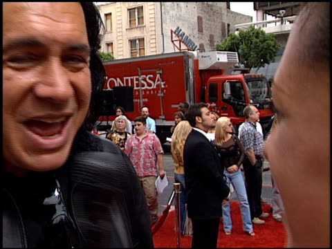 gene simmons at the 'scoobydoo' premiere at grauman's chinese theatre in hollywood california on june 8 2002 - mann theaters stock-videos und b-roll-filmmaterial