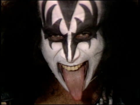 vidéos et rushes de gene simmons discusses and shows off his tongue - tirer la langue