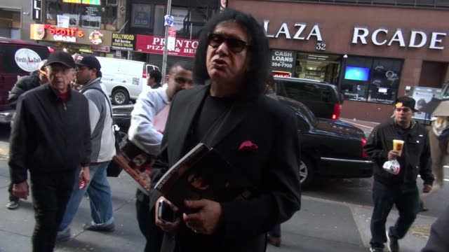 stockvideo's en b-roll-footage met gene simmons poses with fans at the today show set at rockefeller center on october 21 2014 in new york city - gene simmons