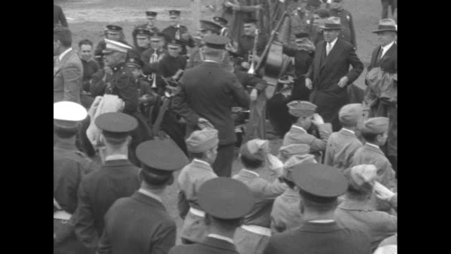 gene tunney arrives and passes numerous saluting uniformed young men / a crowd of mostly boys waves their hats / tunney shakes hands with woman as he... - pesi massimi video stock e b–roll