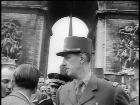 vidéos et rushes de general charles de gaulle standing in front of arch / liberation of paris / documentary - arc de triomphe paris