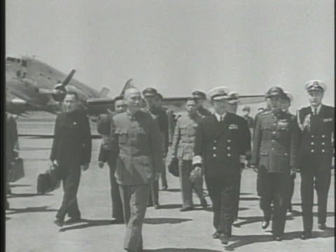 stockvideo's en b-roll-footage met general chiang kaishek walking w/ officials on airport tarmac in taiwan soldiers at attention saluting w/ sword kaishek inspecting troops nationalist... - chiang kai shek