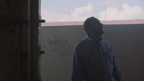 general contractor surveys an abandoned building for possible renovation. - prestation bildbanksvideor och videomaterial från bakom kulisserna