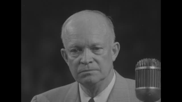 vidéos et rushes de general dwight d. eisenhower, 1952 republican presidential candidate, at podium during campaign event - équipement audiovisuel