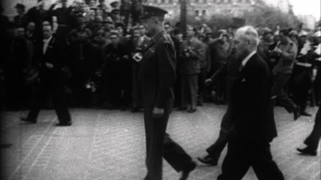 vídeos y material grabado en eventos de stock de general dwight d. eisenhower visiting paris / france - 1941