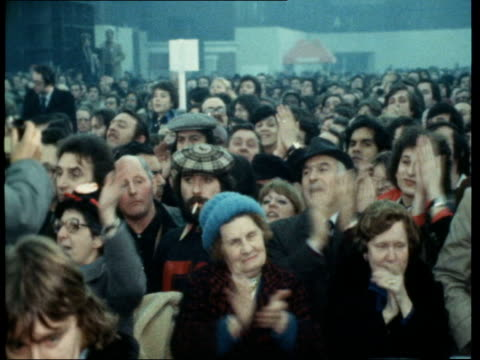 general election 1978: communist party rally; france: paris: gv communist meeting chanting sof: georges marchais greets; as along r-l; meeting clap;... - 政治と行政点の映像素材/bロール