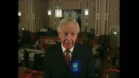 vídeos de stock e filmes b-roll de general election 1997: special: 00.00 - 01.00:; england: london: gir: int studio jonathan dimbleby putney: david mellor intvwd - tight between us and... - david dimbleby