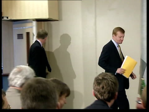 campaign underway en mark webster liberal democrats campaign charles kennedy mp sitting in plane reading documents norwich int lms charles kennedy mp... - pressekonferenz stock-videos und b-roll-filmmaterial