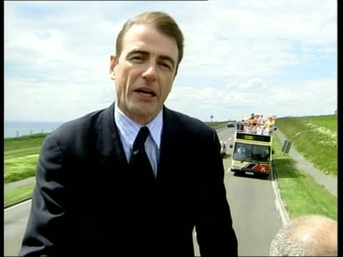 public services itn england east sussex brighton tony blair with harriet harman and others on open topped campaign bus view of pier from moving bus... - 労働党点の映像素材/bロール